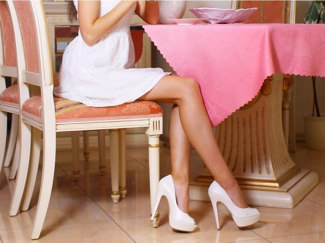 足がスリムで美しい女性