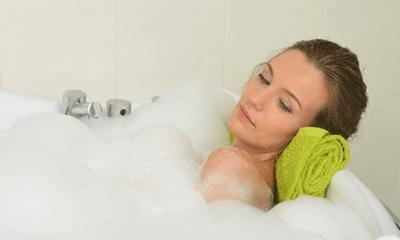 全身浴で女性が目を閉じている入浴画像