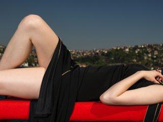 黒いドレスの美しい女性