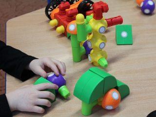 おもちゃで遊ぶ子供の手