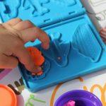 粘土で遊ぶ子供の手