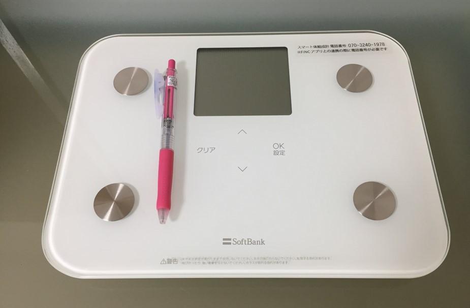 FINCプレミアムに登録して届いた体組成計の写真